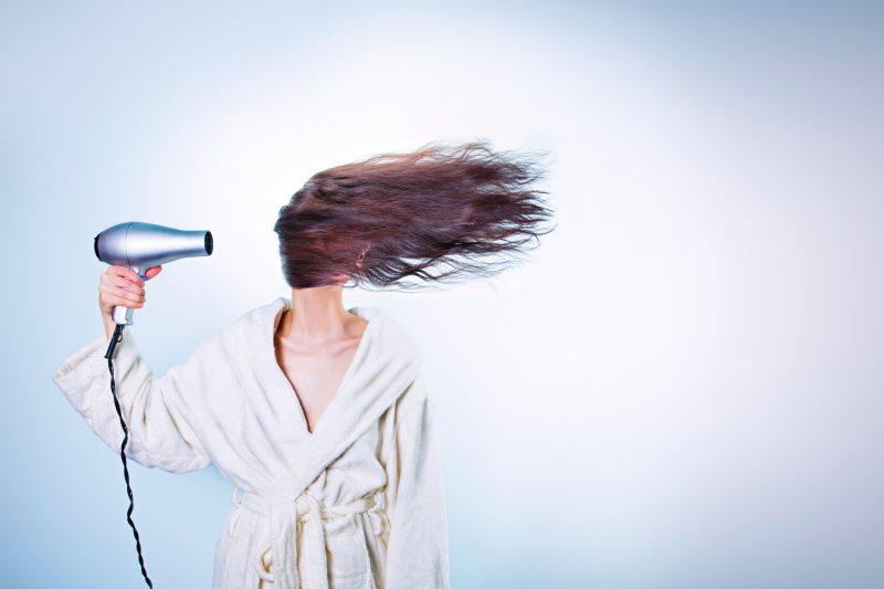 Masalah kerontokan pada rambut ini sendiri bisa saja etrjadi dikarenakan kebersihan rambutnya yang kurang terjaga dengan baik, nutrisi yang ada pada rambut juga kurang maksimal, atau pun dikarenakan salah di dalam penggunaan sampho dan juga kondisioner.
